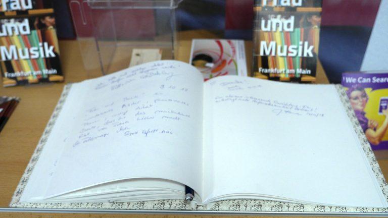 Im Gästebuch können Besucher ihre Eindrücke schildern.