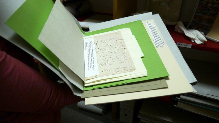 Handschriften von Clara Schumann in Seidenpapier gewickelt